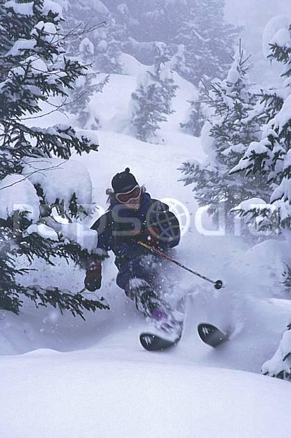 da2153-20LE : Ski-freeride, Les Contamines-Montjoie, Haute-Savoie, Alpes. ski hors piste Europe, CEE, sport, loisir, action, glisse, sport de montagne, sport d'hiver, ski, sport extrême, brouillard, pente, poudreuse, sapin, C02, C01 arbre, forêt, homme, personnage, Annecy 2018 (France).