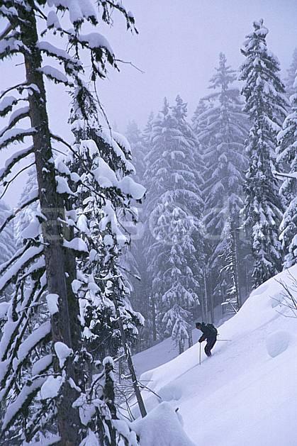 da2154-12LE : Ski-freeride, Les Contamines-Montjoie, Haute-Savoie, Alpes. ski hors piste Europe, CEE, sport, loisir, action, glisse, sport de montagne, sport d'hiver, ski, sport extrême, brouillard, pente, sapin, C02, C01 arbre, forêt, homme, personnage, Annecy 2018 (France).