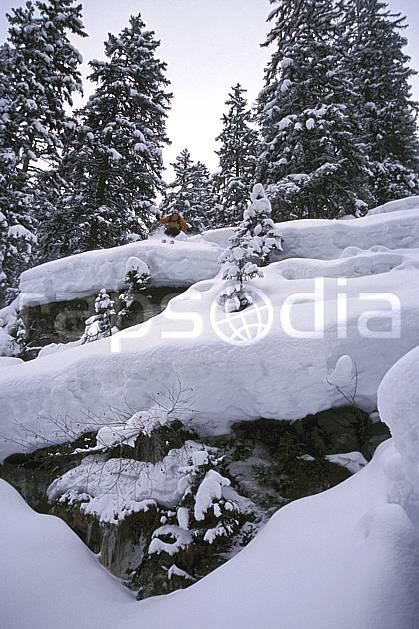 da2154-16LE : Ski-freeride, Les Contamines-Montjoie, Haute-Savoie, Alpes. ski hors piste Europe, CEE, sport, loisir, action, glisse, sport de montagne, sport d'hiver, ski, sport extrême, brouillard, poudreuse, sapin, C02, C01 arbre, forêt, homme, personnage, Annecy 2018 (France).