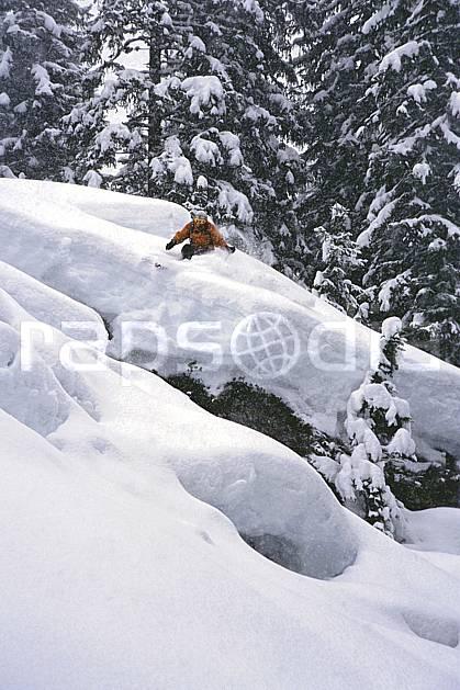 da2155-08LE : Ski-freeride, Les Contamines-Montjoie, Haute-Savoie, Alpes. ski hors piste Europe, CEE, sport, loisir, action, glisse, sport de montagne, sport d'hiver, ski, sport extrême, brouillard, poudreuse, sapin, C02, C01 arbre, homme, personnage, Annecy 2018 (France).
