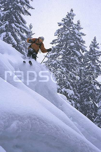 da2155-16LE : Ski-freeride, Les Contamines-Montjoie, Haute-Savoie, Alpes. ski hors piste Europe, CEE, sport, loisir, action, glisse, sport de montagne, sport d'hiver, ski, sport extrême, brouillard, poudreuse, sapin, C02, C01 arbre, homme, personnage, Annecy 2018 (France).