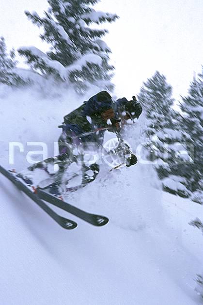 da2155-35LE : Ski-freeride, Les Contamines-Montjoie, Haute-Savoie, Alpes. ski hors piste Europe, CEE, sport, loisir, action, glisse, sport de montagne, sport d'hiver, ski, sport extrême, brouillard, poudreuse, sapin, C02, C01 arbre, homme, personnage, Annecy 2018 (France).