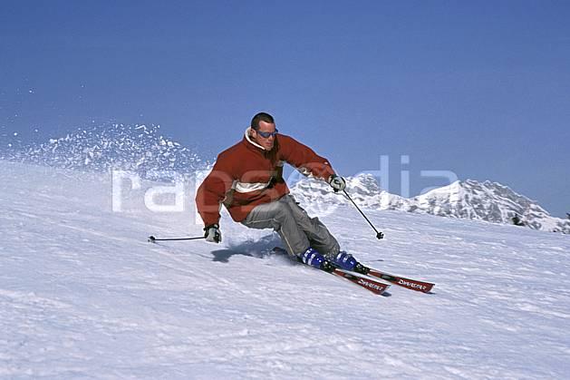 da2158-08LE : Ski de piste, Notre Dame de Bellecombe, Savoie, Alpes. ski de piste Europe, CEE, sport, loisir, action, glisse, sport de montagne, sport d'hiver, ski, ciel bleu, gerbe, virage, C02, C01 homme, personnage (France).
