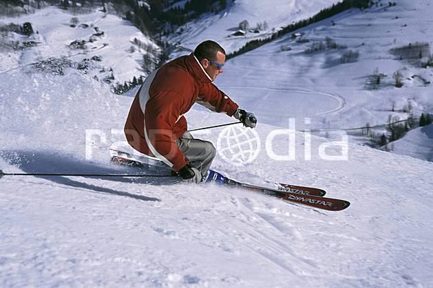 da2158-14LE : Ski de piste, Notre Dame de Bellecombe, Savoie, Alpes. ski de piste Europe, CEE, sport, loisir, action, glisse, sport de montagne, sport d'hiver, ski, gerbe, virage coupé, C02, C01 homme, personnage (France).