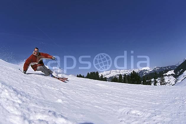 da2158-23LE : Ski de piste, Notre Dame de Bellecombe, Savoie, Alpes. ski de piste Europe, CEE, sport, loisir, action, glisse, sport de montagne, sport d'hiver, ski, ciel bleu, virage coupé, C02, C01 homme, personnage (France).