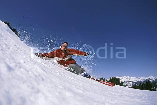 da2158-26LE : Ski-carving, Notre Dame de Bellecombe, Savoie, Alpes. ski de piste Europe, CEE, sport, loisir, action, glisse, sport de montagne, sport d'hiver, ski, ciel bleu, dynamisme, énergie, gerbe, mouvement, trajectoire, virage, vitesse, C02, C01 homme, personnage (France).