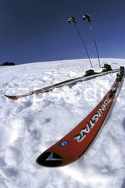 da2158-27LE : Ski-carving, Alpes. ski de piste Europe, CEE, sport, loisir, action, glisse, sport de montagne, sport d'hiver, ski, ciel bleu, C02, C01 matériel (France).