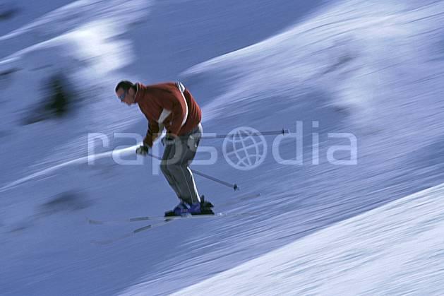 da2158-33LE : Ski de piste, Notre Dame de Bellecombe, Savoie, Alpes. ski de piste Europe, CEE, sport, loisir, action, glisse, sport de montagne, sport d'hiver, ski, dynamisme, énergie, mouvement, trajectoire, vitesse, C02, C01 homme, personnage, saut (France).