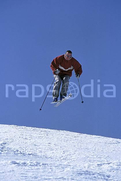 da2158-35LE : Ski de piste, Notre Dame de Bellecombe, Savoie, Alpes. ski de piste Europe, CEE, sport, loisir, action, glisse, sport de montagne, sport d'hiver, ski, ciel bleu, C02, C01 homme, personnage, saut (France).