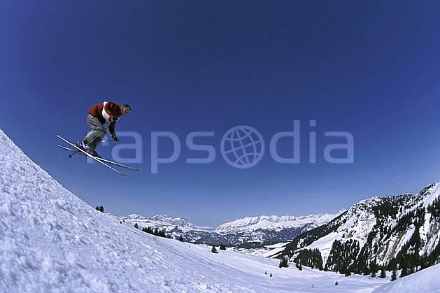 da2158-36LE : Ski de piste, Notre Dame de Bellecombe, Savoie, Alpes. ski de piste Europe, CEE, sport, loisir, action, glisse, sport de montagne, sport d'hiver, ski, ciel bleu, C02, C01 homme, personnage, saut (France).