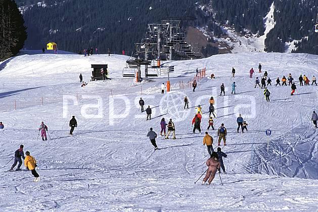 da2159-20LE : Ski de piste, Foule de skieurs, Les Contamines-Montjoie, Haute-Savoie, Alpes. ski de piste Europe, CEE, sport, loisir, action, glisse, sport de montagne, sport d'hiver, ski, piste, C02, C01 groupe, personnage, Annecy 2018 (France).