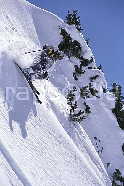 da2167-22LE : Ski-freeride, Chamonix / Le Brévent, Haute-Savoie, Alpes. ski hors piste Europe, CEE, sport, loisir, action, glisse, sport de montagne, sport d'hiver, ski, sport extrême, ciel bleu, gerbe, pente raide, poudreuse, C02, C01 personnage, Annecy 2018 (France).