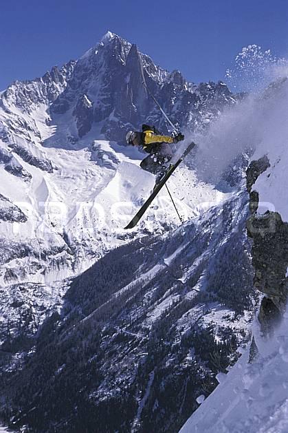 da2167-33LE : Ski-freeride, Chamonix / Le Brévent, Haute-Savoie, Alpes. ski hors piste Europe, CEE, sport, loisir, action, glisse, sport de montagne, sport d'hiver, ski, sport extrême, zen, ciel bleu, délectation, évasion, flotter, gerbe, plaisir, liberté, plaisir, planer, plénitude, ravissement, voler, plénitude, C02, C01 homme, personnage, saut, Annecy 2018 (France).