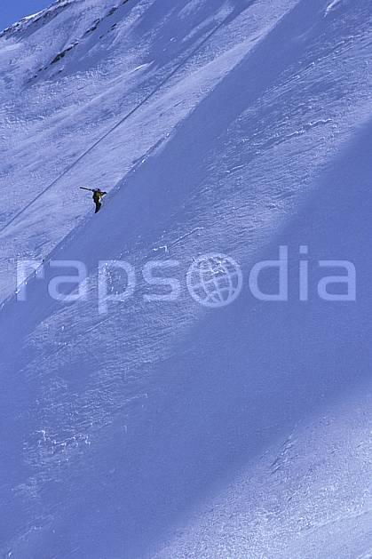 da2173-17LE : Ski-freeride, Aravis, Haute-Savoie, Alpes. ski hors piste Europe, CEE, sport, loisir, action, glisse, sport de montagne, sport d'hiver, ski, sport extrême, balade, pente raide, C02, C01 homme, personnage, Annecy 2018 (France).