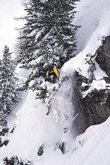da2182-15LE : Ski-freeride, Chamonix / Le Tour, Haute-Savoie, Alpes. ski hors piste Europe, CEE, sport, loisir, action, glisse, sport de montagne, sport d'hiver, ski, sport extrême, brouillard, pente, poudreuse, sapin, C02, C01 arbre, homme, personnage, saut, Annecy 2018 (France).