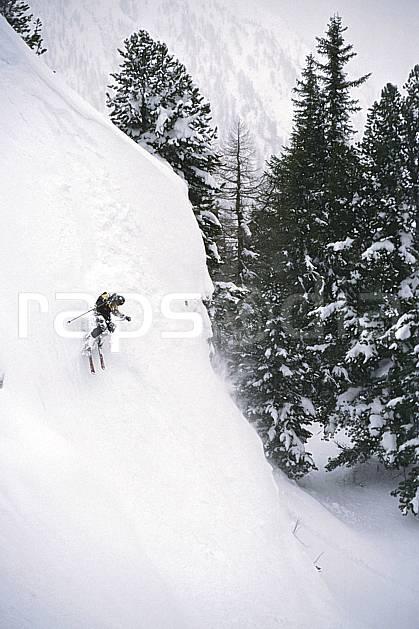 da2182-23LE : Ski-freeride, Chamonix / Le Tour, Haute-Savoie, Alpes. ski hors piste Europe, CEE, sport, loisir, action, glisse, sport de montagne, sport d'hiver, ski, sport extrême, pente, poudreuse, sapin, virage, C02, C01 arbre, forêt, homme, personnage, Annecy 2018 (France).