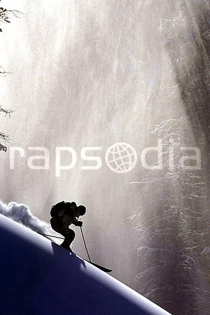 da2357-04LE : Ski-freeride, Norquay, Alberta. ski hors piste Amérique du nord, Amérique, sport, loisir, action, glisse, sport de montagne, sport d'hiver, ski, sport extrême, contrejour, effet de lumière, gerbe, godille, poudreuse, sapin, virage, C02, C01 homme, personnage (Canada).