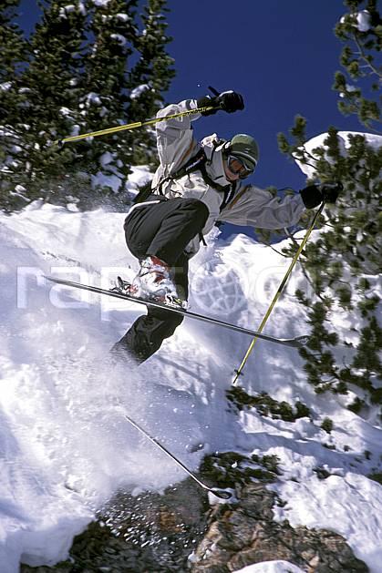 da2361-22LE : Ski-freeride, Sunshine, Alberta. ski hors piste Amérique du nord, Amérique, sport, loisir, action, glisse, sport de montagne, sport d'hiver, ski, sport extrême, ciel bleu, poudreuse, sapin, C02, C01 homme, personnage, saut (Canada).