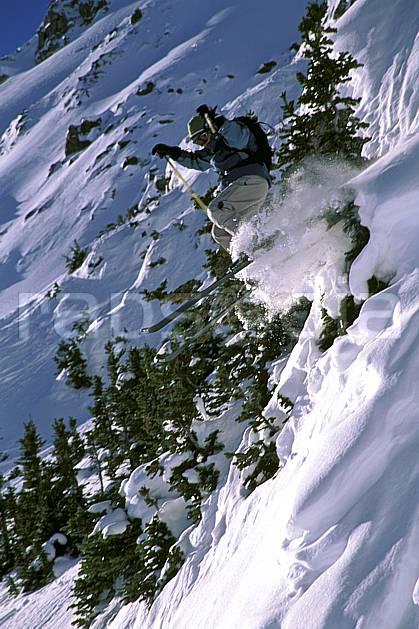 da2370-12LE : Ski-freeride, Lake Louise, Alberta. ski hors piste Amérique du nord, Amérique, sport, loisir, action, glisse, sport de montagne, sport d'hiver, ski, sport extrême, gerbe, pente, poudreuse, sapin, C02, C01 arbre, homme, personnage, saut (Canada).