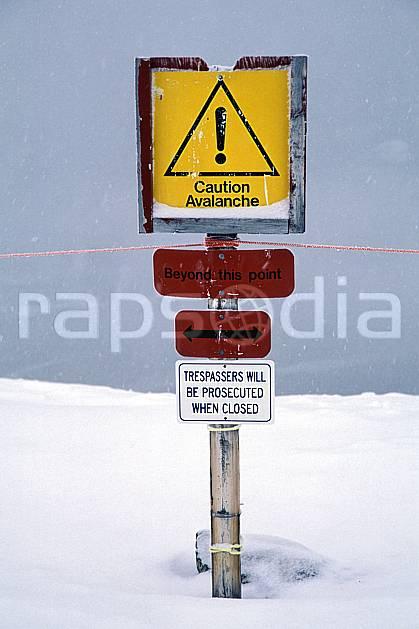 da2379-28LE : Ski-freeride, Marmot Basin, Alberta. ski hors piste Amérique du nord, Amérique, sport, loisir, action, glisse, sport de montagne, sport d'hiver, ski, sport extrême, brouillard, panneau, poudreuse, C02, C01 personnage (Canada).
