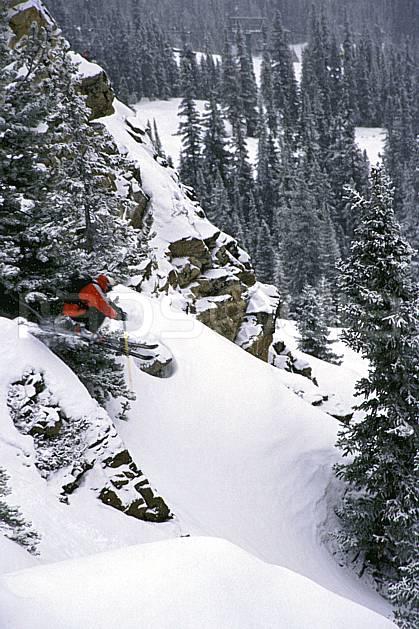 da2380-11LE : Ski-freeride, Marmot Basin, Alberta. ski hors piste Amérique du nord, Amérique, sport, loisir, action, glisse, sport de montagne, sport d'hiver, ski, sport extrême, gerbe, pente, poudreuse, sapin, C02, C01 arbre, forêt, homme, personnage, saut (Canada).