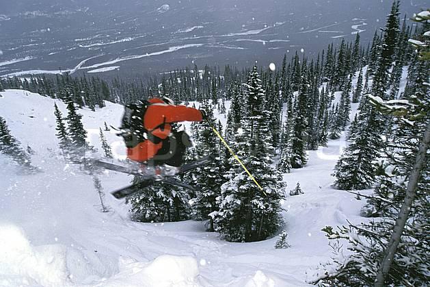 da2381-35LE : Ski-freeride, Marmot Basin, Alberta. ski hors piste Amérique du nord, Amérique, sport, loisir, action, glisse, sport de montagne, sport d'hiver, ski, sport extrême, ciel nuageux, pente, poudreuse, sapin, virage coupé, C02, C01 arbre, forêt, homme, personnage, saut (Canada).
