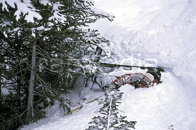 da2381-36LE : Ski-freeride, Marmot Basin, Alberta. ski hors piste Amérique du nord, Amérique, sport, loisir, action, glisse, sport de montagne, sport d'hiver, ski, sport extrême, chute, risque, difficulté, engagement, gaieté, humour, plaisanterie, poudreuse, sapin, sourire, C02, C01 arbre, homme, personnage (Canada).