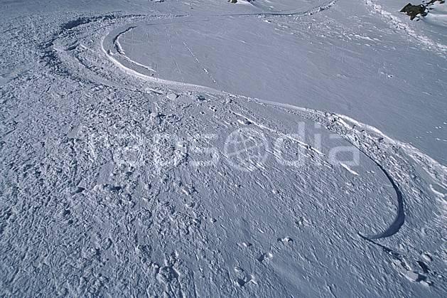 da2384-17LE : Ski-freeride, Trace de ski. ski hors piste Amérique du nord, Amérique, sport, loisir, action, glisse, sport de montagne, sport d'hiver, ski, sport extrême, poudreuse, trace, C02, C01 personnage (Canada).