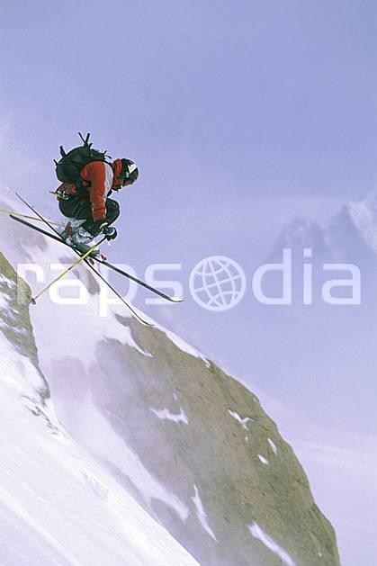 da2414-25LE : Ski-freeride, Aiguille du Midi, Massif du Mont Blanc, Alpes. ski hors piste Europe, CEE, sport, loisir, action, glisse, sport de montagne, sport d'hiver, ski, sport extrême, mer de nuages, C02, C01 homme, personnage, saut (France).