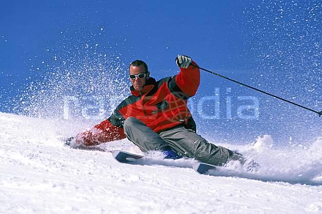 da2419-01LE : Ski-carving, Notre Dame de Bellecombe, Savoie, Alpes. ski de piste Europe, CEE, sport, loisir, action, glisse, sport de montagne, sport d'hiver, ski, ciel bleu, dynamisme, énergie, gerbe, mouvement, trajectoire, virage coupé, C02, C01 homme, personnage (France).