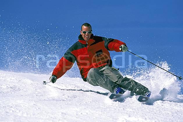 da2419-05LE : Ski-carving, Notre Dame de Bellecombe, Savoie, Alpes. ski de piste Europe, CEE, sport, loisir, action, glisse, sport de montagne, sport d'hiver, ski, ciel bleu, dynamisme, énergie, gerbe, mouvement, sourire, trajectoire, virage coupé, C02, C01 homme, personnage (France).