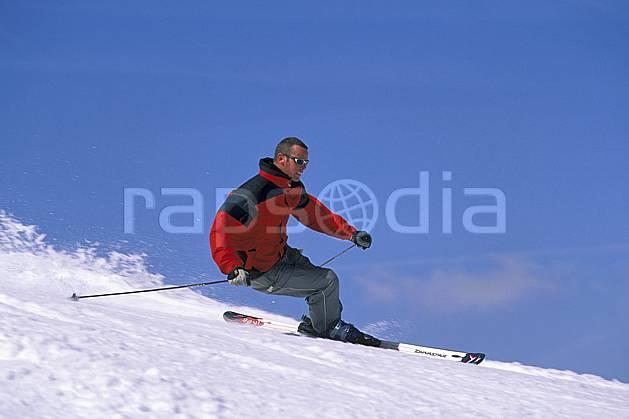 da2419-07LE : Ski, Notre Dame de Bellecombe, Savoie, Alpes. ski de piste Europe, CEE, sport, loisir, action, glisse, sport de montagne, sport d'hiver, ski, ciel bleu, C02, C01 homme, personnage (France).