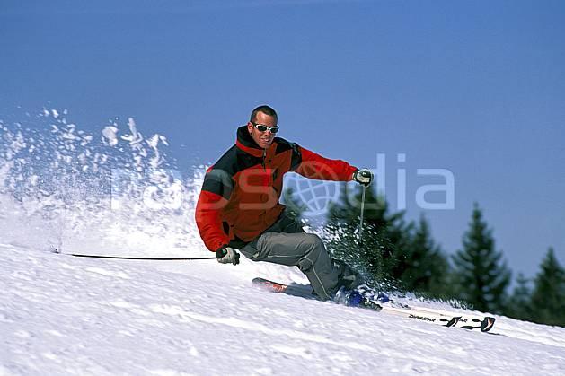 da2419-08LE : Ski de piste, Notre Dame de Bellecombe, Savoie, Alpes. ski de piste Europe, CEE, sport, loisir, action, glisse, sport de montagne, sport d'hiver, ski, ciel bleu, gerbe, virage coupé, C02, C01 homme, personnage (France).