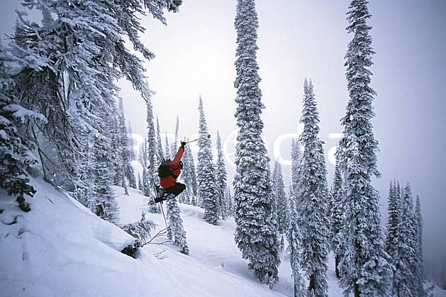 da2609-31LE : Ski-freeride, Fernie, Colombie Britannique. ski hors piste Amérique du nord, Amérique, sport, loisir, action, glisse, sport de montagne, sport d'hiver, ski, sport extrême, brouillard, évasion, gerbe, liberté, sapin, C02, C01 arbre, forêt, homme, personnage, saut (Canada).