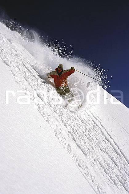 da2681-15LE : Ski-freeride, Chamonix / Le Brévent, Haute-Savoie, Alpes. ski hors piste Europe, CEE, sport, loisir, action, glisse, sport de montagne, sport d'hiver, ski, sport extrême, ciel bleu, avalanche, dynamisme, énergie, gerbe, mouvement, pente, poudreuse, trajectoire, virage coupé, C02, C01 homme, personnage, Annecy 2018 (France).
