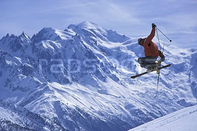 da2684-07LE : Ski-freeride, Ski-freestyle, Chamonix / Le Brévent, Mont Blanc, Haute-Savoie, Alpes. ski de piste,  ski freestyle Europe, CEE, sport, loisir, action, glisse, sport de montagne, sport d'hiver, ski, ciel voilé, espace, évasion, liberté, pureté, C02, C01 homme, paysage, personnage, saut, Annecy 2018 (France).
