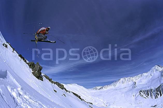 da2684-17LE : Ski-freeride, Chamonix / Le Tour, Haute-Savoie, Alpes. ski hors piste Europe, CEE, sport, loisir, action, glisse, sport de montagne, sport d'hiver, ski, sport extrême, ciel bleu, corniche, espace, évasion, liberté, pureté, C02, C01 homme, paysage, personnage, saut, Annecy 2018 (France).