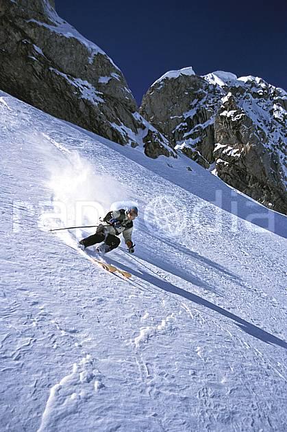 da2686-19LE : Ski-freeride, Combe de Torchère / La Clusaz, Alpes. ski hors piste Europe, CEE, sport, loisir, action, glisse, sport de montagne, sport d'hiver, ski, sport extrême, barre rocheuse, ciel bleu, gerbe, pente, poudreuse, virage coupé, C02, C01 homme, personnage (France).