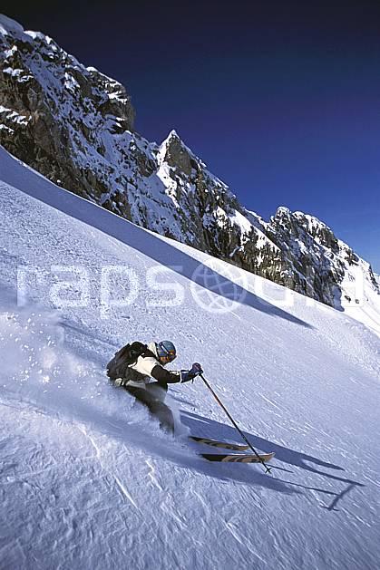 da2686-20LE : Ski-freeride, Combe de Torchère / La Clusaz, Alpes. ski hors piste Europe, CEE, sport, loisir, action, glisse, sport de montagne, sport d'hiver, ski, sport extrême, barre rocheuse, ciel bleu, godille, pente, poudreuse, virage, C02, C01 homme, personnage (France).