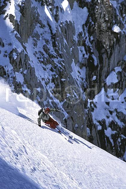 da2686-25LE : Ski-freeride, Combe de Torchère / La Clusaz, Alpes. ski hors piste Europe, CEE, sport, loisir, action, glisse, sport de montagne, sport d'hiver, ski, sport extrême, gerbe, pente, poudreuse, virage coupé, C02, C01 homme, personnage (France).