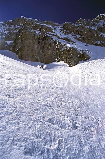 da2687-01LE : Ski-freeride, Combe de Torchère / La Clusaz, Alpes. ski hors piste Europe, CEE, sport, loisir, action, glisse, sport de montagne, sport d'hiver, ski, sport extrême, barre rocheuse, ciel bleu, godille, pente, poudreuse, virage, C02, C01 homme, personnage (France).