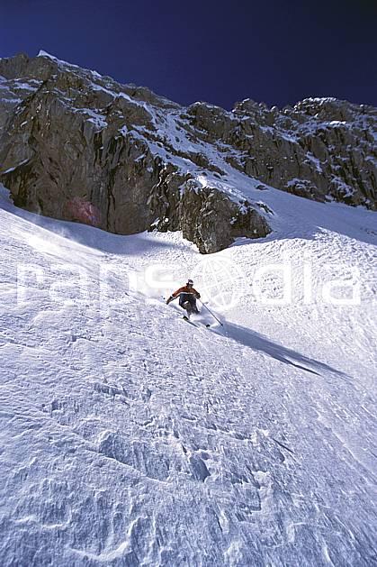 da2687-05LE : Ski-freeride, Combe de Torchère / La Clusaz, Alpes. ski hors piste Europe, CEE, sport, loisir, action, glisse, sport de montagne, sport d'hiver, ski, sport extrême, barre rocheuse, ciel bleu, godille, pente, poudreuse, virage, C02, C01 homme, personnage (France).