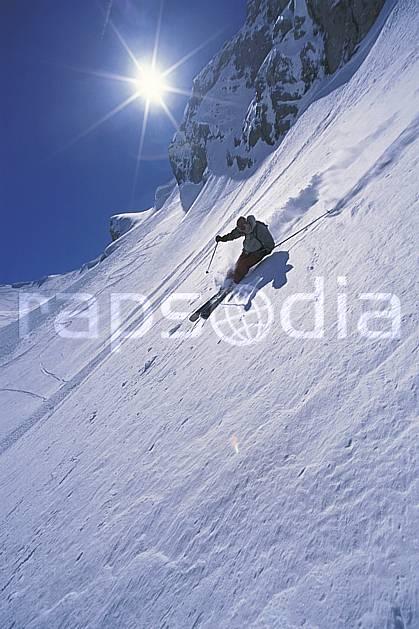 da2687-11LE : Ski-freeride, Combe de Torchère / La Clusaz, Alpes. ski hors piste Europe, CEE, sport, loisir, action, glisse, sport de montagne, sport d'hiver, ski, sport extrême, ciel bleu, grande courbe, pente, poudreuse, virage, C02, C01 homme, personnage, soleil (France).