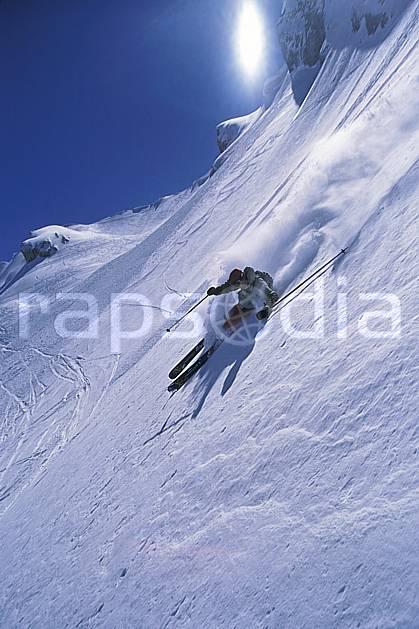 da2687-12LE : Ski-freeride, Combe de Torchère / La Clusaz, Alpes. ski hors piste Europe, CEE, sport, loisir, action, glisse, sport de montagne, sport d'hiver, ski, sport extrême, ciel bleu, dynamisme, énergie, gerbe, grande courbe, mouvement, pente, poudreuse, trajectoire, virage, vitesse, C02, C01 homme, personnage, soleil (France).