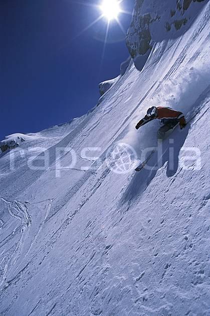 da2687-20LE : Ski-freeride, Combe de Torchère / La Clusaz, Alpes. ski hors piste Europe, CEE, sport, loisir, action, glisse, sport de montagne, sport d'hiver, ski, sport extrême, ciel bleu, gerbe, grande courbe, pente, poudreuse, virage, C02, C01 homme, personnage, soleil (France).
