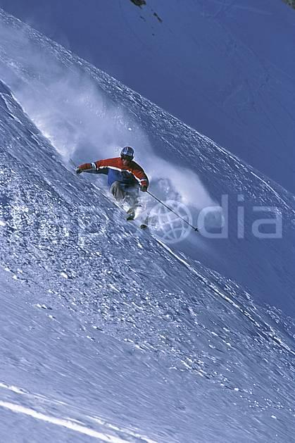da2687-29LE : Ski-freeride, Combe de Torchère / La Clusaz, Alpes. ski hors piste Europe, CEE, sport, loisir, action, glisse, sport de montagne, sport d'hiver, ski, sport extrême, ciel bleu, gerbe, pente, poudreuse, C02, C01 homme, personnage (France).