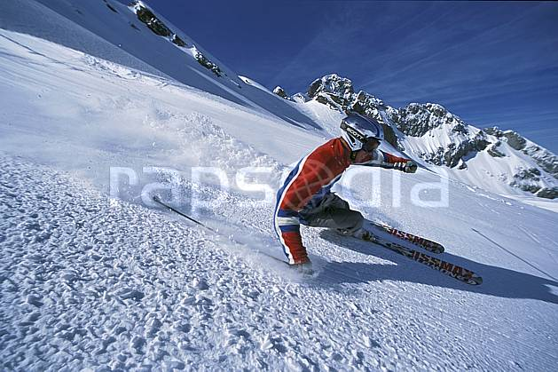 da2688-30LE : Ski-carving, Combe de Torchère / La Clusaz, Alpes. ski de piste Europe, CEE, sport, loisir, action, glisse, sport de montagne, sport d'hiver, ski, zen, ciel bleu, délectation, dynamisme, énergie, évasion, gerbe, glisse, plaisir, liberté, mouvement, plaisir, plénitude, ravissement, trajectoire, virage, plénitude, C02, C01 homme, personnage (France).