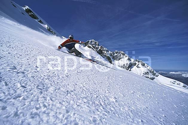 da2689-01LE : Ski-carving, Combe de Torchère / La Clusaz, Alpes. ski de piste Europe, CEE, sport, loisir, action, glisse, sport de montagne, sport d'hiver, ski, zen, ciel bleu, délectation, dynamisme, énergie, évasion, gerbe, glisse, plaisir, liberté, mouvement, plaisir, plénitude, ravissement, trajectoire, virage, plénitude, C02, C01 homme, personnage (France).