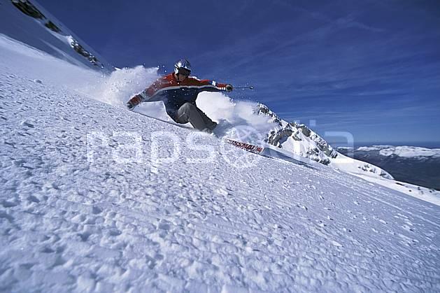 da2689-04LE : Ski-carving, Combe de Torchère / La Clusaz, Alpes. ski de piste Europe, CEE, sport, loisir, action, glisse, sport de montagne, sport d'hiver, ski, ciel bleu, dynamisme, énergie, gerbe, mouvement, trajectoire, virage, C02, C01 homme, personnage (France).