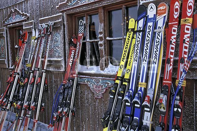 da2819-04LE : Ski de piste, Equipement de ski & snowboard, Alpes. ski de piste Europe, CEE, sport, loisir, action, glisse, sport de montagne, sport d'hiver, ski, cabane, C02, C01 environnement, matériel, patrimoine (France).